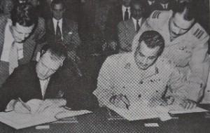 Nasser tekent Engels-Egyptisch verdrag dat een eind maakt aan de Engelse militaire controle over het Suezkanaal; 20 oktober 1954