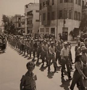 Strijders van Irgun in Tel Aviv kort voor 14 mei 1948 (uit: Ilan Pappe; De etnische zuivering van Palestina)