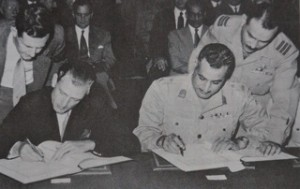 President Nasser ondertekent op 20 oktober 1954 het Engels-Egyptische verdrag tot beeindiging van de Britse militaire controle rond het Suez kanaal per juni 1956