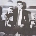 """Israëlische delegatieleider (m.) brengt een toost uit op Libanese (l.) en Amerikaanse (r.) gesprekspartners, 13 januari 1983. Er is overeenstemming over """"een agenda voor onderhandelingen""""."""