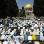 Palestijnen bidden bij de Koepel van de Rots (Al-Quds, Dome of the Rock) op 17 augustus 2012 op de laatste vrijdag van de Ramadan (foto: AFP/HAZEM BADER)