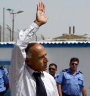 Mordechai Vanunu zwaait naar aanhangers bij het verlaten van de gevangenis in Ashkelon.