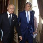 John Kerry dicht naast Laurent Fabius, die aanvoelt hoe de wind waait in Europa.
