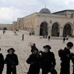 Leger (voorgrond) en 'settlers' (achtergrond) op het Al-Aqsa complex