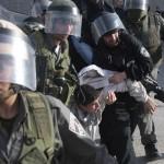Arrestatie van een Palestijns kind, donderdag. (Palestine Information Center)
