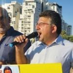 Knessethleden Jabareen en Saadia Osama tijdens demonstratie tegen behandeling hongerstaker.