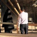 Palestijnse voorbijganger vertaalt Hebreeuwse comando's (eerst: wegwezen, daarna: hier komen)