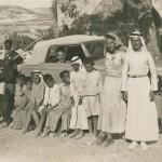 """""""Family Album""""; een van de eerste auto's komt Nablus binnen"""