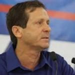 Isaac Herzog, het 'Europese gezicht van Israël', kijkt toe vanaf de zijlijn